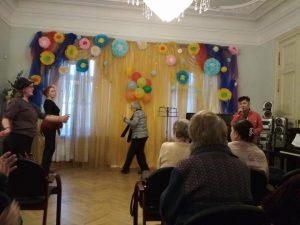 Концерт обрел черты интерактивной программы: подопечные Центра танцевали под музыку и подпевали Крису. Фото: ТЦСО «Арбат»