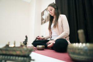 Урок йоги для представителей старшего поколения организуют сотрудники филиала «Наш Арбат». Фото: Анна Иванцова, «Вечерняя Москва»