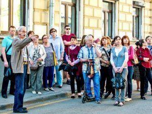 Представители Дома-музея Марины Цветаевой организуют экскурсию. Фото: сайт мэра Москвы
