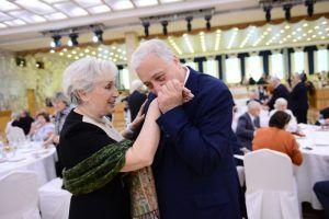 Юбиляров супружеской жизни поздравят сотрудники центра соцобслуживания. Фото: архив «Вечерняя Москва»