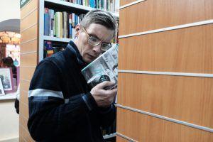 Посетители центра соцобслуживания встретились с сотрудником районной библиотеки. Фото: Максим Аносов, «Вечерняя Москва»