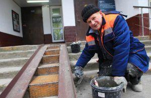 Сотрудники «Жилищника» отремонтируют подъезды в четырех домах района. Фото: Наталия Нечаева, «Вечерняя Москва»