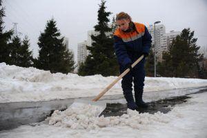 Сотрудники «Жилищника» убрали снег во дворах района. Фото: архив, «Вечерняя Москва»