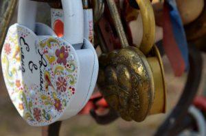 Открытки ко Дню всех влюбленных можно отправить на станциях метро и МЦК. Фото: Анна Быкова