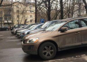 На время ремонта поликлиник московские резиденты сохранят льготы на платную парковку. Фото: Анна Быкова