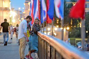Литературную программу под открытым небом организуют в районном центре соцобслуживания в честь Дня Государственного флага Российской Федерации. Фото: Пелагия Замятина, «Вечерняя Москва»