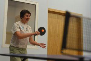 Урок настольного тенниса организуют в филиале «Наш Арбат». Фото: Александр Кожахин, «Вечерняя Москва»