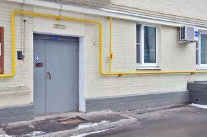 Сотрудники «Жилищника» района завершили ремонт черного входа в жилом здании. Фото: Анна Быкова